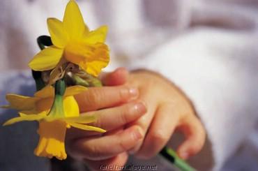 Copil cu floare